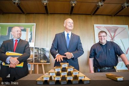 Bundesbank-Vorstand zeigt Goldbarren